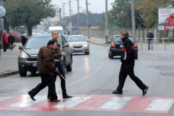 Priechody pre chodcov stráži ráno v Malackách polícia