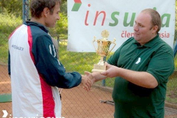 Konateľ spoločnosti INSURIA s. r. o. Ernest Kováč odovzdáva cenu víťazovi Igorovi Matušekovi.