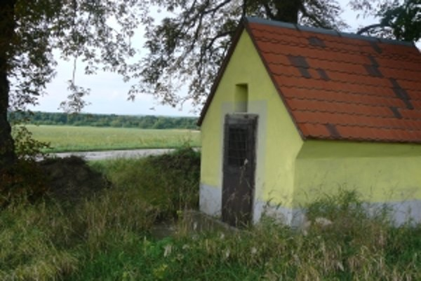 O niektoré kaplnky sa majitelia vôbec nestarajú a zarastajú burinou.