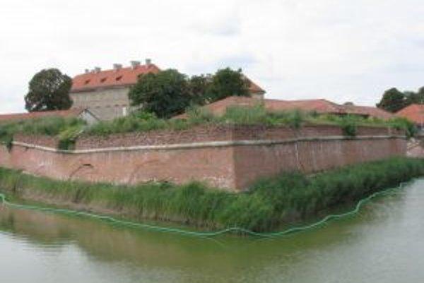 Na opevnení zámku sa objavili nové trhliny. Vpravo v pozadí časť zrúteného múru spred troch mesiacov.