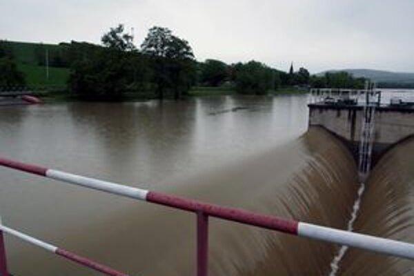Vodohospodári sa snažia vodné toky regulovať.