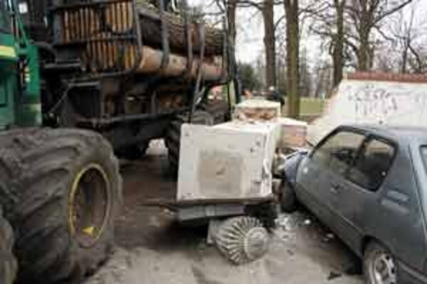Bránu takto zborilo nákladné auto.