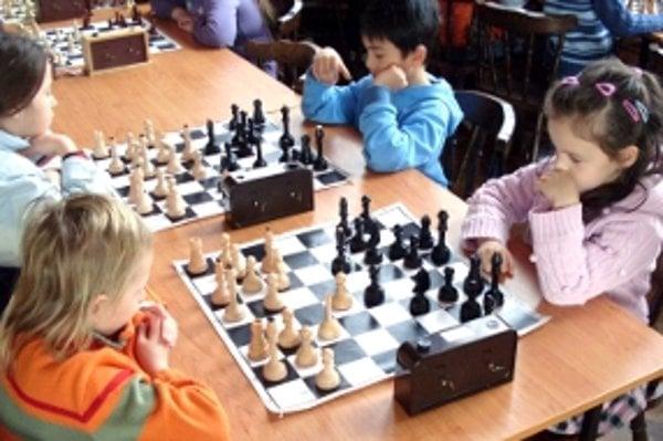 Aj najmenší šachisti vedia byť do hry poriadne zaujatí.
