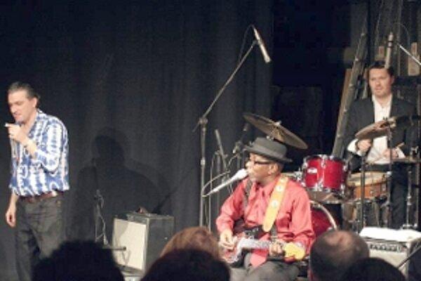 Bluesový spevák a gitarista Wes Mackey so svojim bandom.