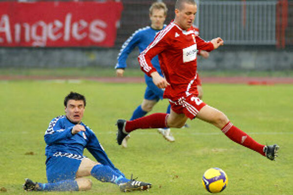 Seničan Radek Sláma (na zemi) v súboji s mladým reprezentantom Marekom Kuzmom.