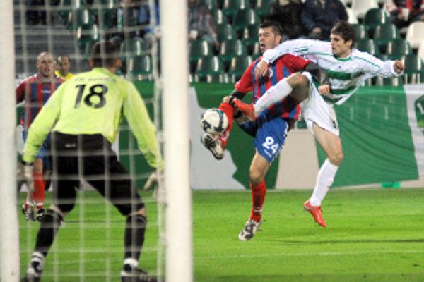 Pred brankárom Kameschom v súboji Velický a Ižvolt. V prvom vzájomnom zápase obaja skórovali. Tentoraz nedal gól ani jeden z nich a tak zápas skončil 0:0.