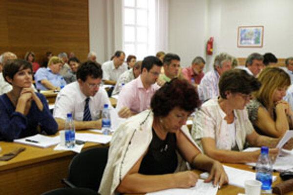 Niektorí poslanci navrhli, aby sa zastupiteľstvo zišlo ešte v septembri.