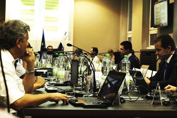 Poslanci si vypočuli informácie mestského kontrolóra.