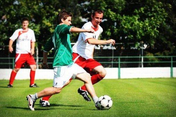 Daniel Hajko (v zelenom) patrí medzi dlhoročné opory mužstva Veľkých Loviec.