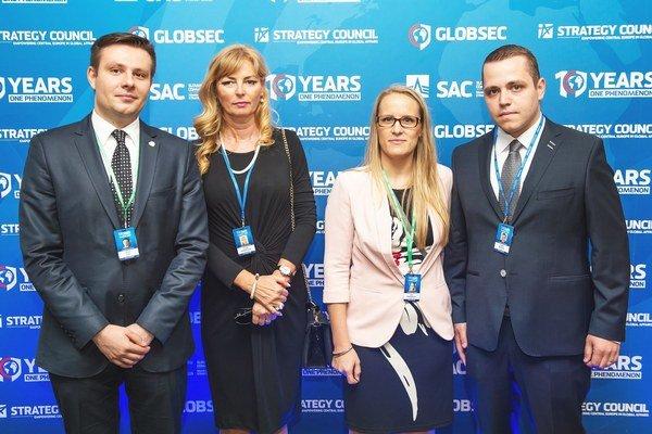 Prednostka mestského úradu (druhá zľava) aviceprimátor Nových Zámkov (celkom vpravo) sorganizátormi konferencie GLOBSEC.