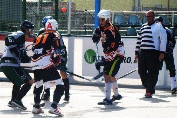 Oilers 38 (v čiernom) porazili v druhom zápase Slzu v pomere 6:2 a postúpili do finále.