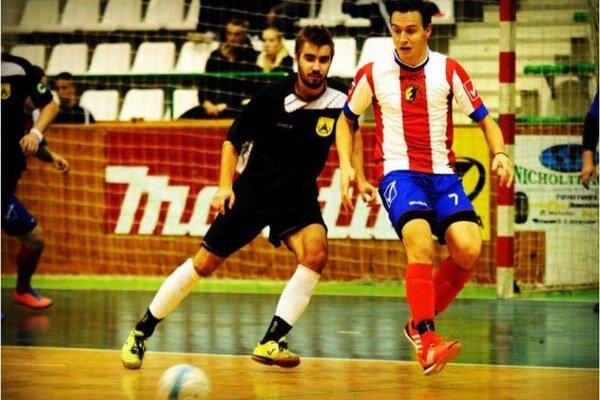 Kanonier Novozámčanov Martin Dudáš (7) prispel po prestávke k obratu dvoma gólmi.