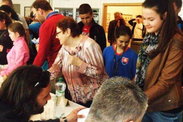 Stretnutie fanúšikov s hokejistami počas autogramiády po slávnostnom otvorení výstavy.