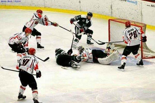 Útočník HC Mikron Martin Frolík (pri vzdialenejšej žrdi) mal veľký podiel na jednom z gólov v bráne Dab Docler.