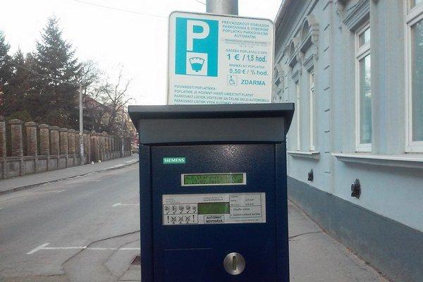 Poplatky za parkovanie majú byť príjmom mesta.