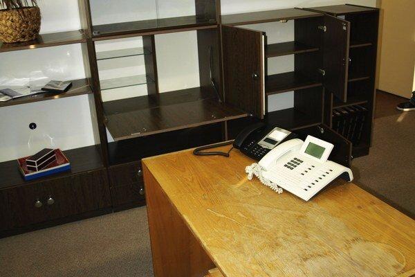 Takýto otlčený stól a prázne regály našli v kancelárii prednostu mestského úradu.