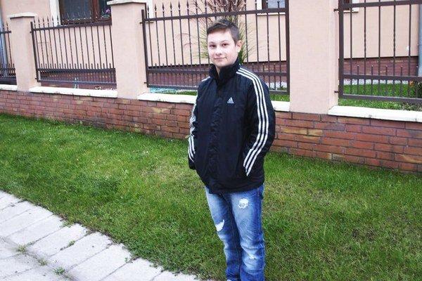 Filip pred záhradou, odkiaľ vytiahol hadicu s vodou.