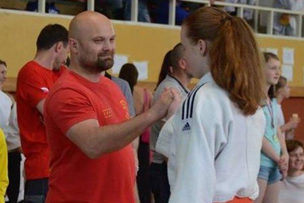 Tréner Michal Bokor s víťazkou Viktóriou Dirbákovou.