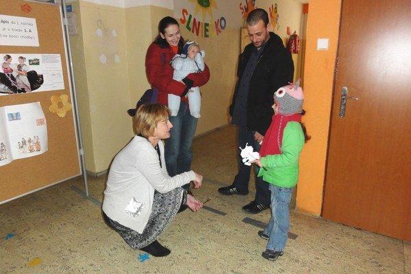Riaditeľka počas zápisu v rozhovore s rodičmi. Aj títo sa zaujímali o materskú školu na Mostnej.