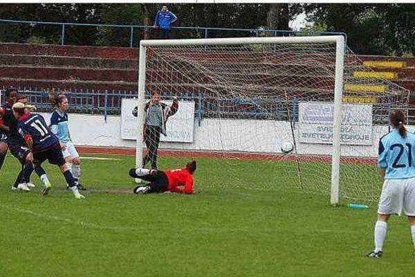 Z vedúceho gólu Nikoly Rybanskej (11) sa teší aj prezident FC Union Peter Bábin v pozadí.