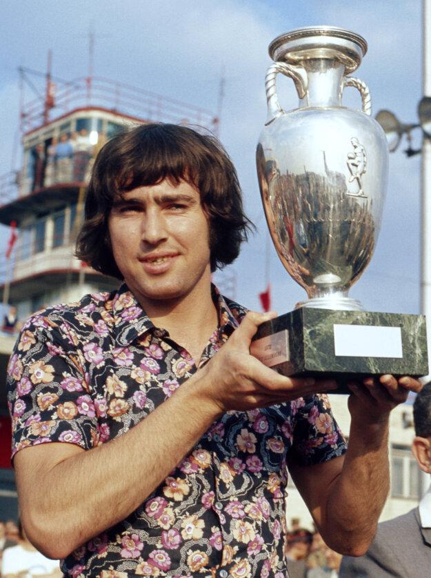 Kapitán víťazného tímu z ME 1976 Anton Ondruš s trofejou po prílete domov.