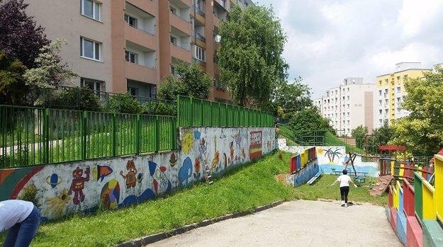 Takto teraz vyzerá plot materskej školy na ulici Ľ.Fullu.