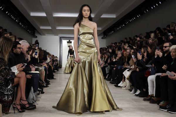 Modelka predvádza kreáciu z jesennej kolekcie 2016 značky Ralph Lauren.