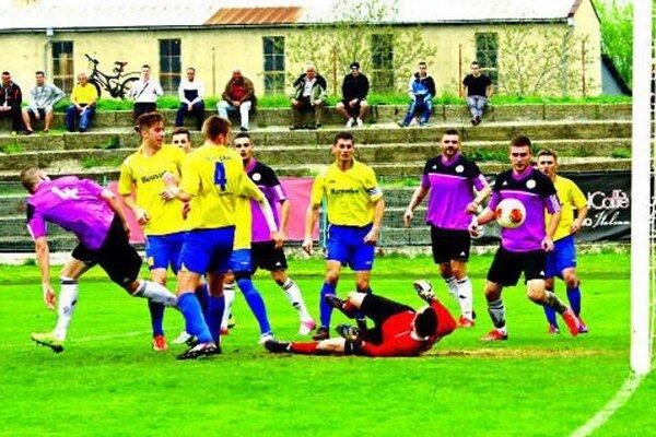 Komárno - Palárikovo 2:2 (1:1). Lopta smeruje síce do brány, ale tento gól domácich neplatil.