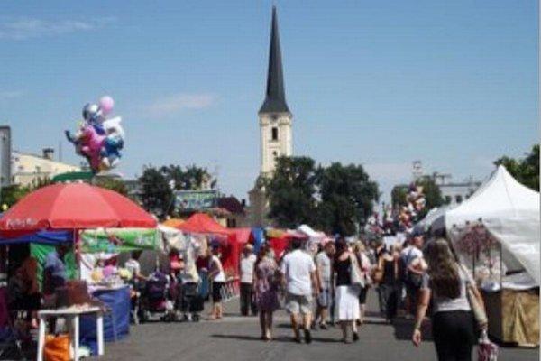 Tradičný novozámocký jarmok býva tiež súčasťou programu cirkevného sviatku Porciunkula.