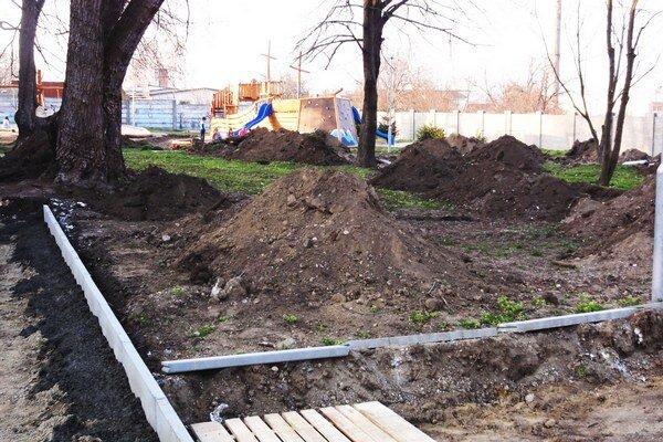 Chodníky v parku pri detskom ihrisku začali rekonštruovať z vlastného rozpočtu.