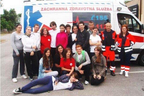 Spoločná akcia mladých z SČK a záchranárov.