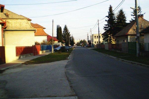 Zrekonštruovaná a odvodnená ulica.