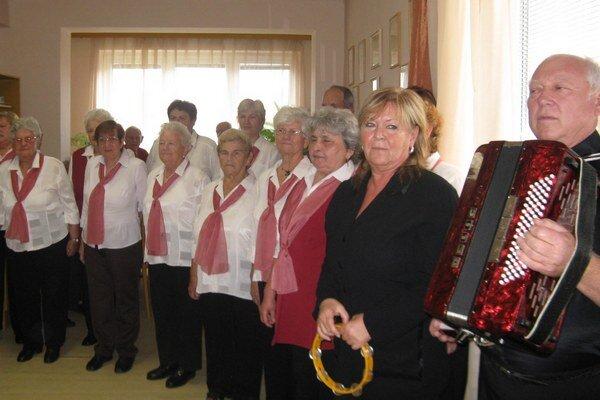 spevácky zbor Tretí vek pri Klube dôchodcov.