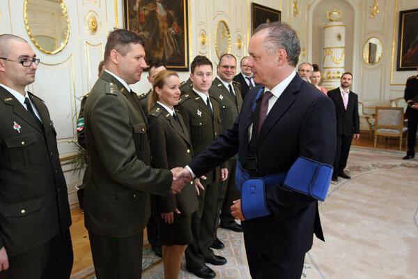 Prezident SR Andrej Kiska (vpravo) blahoželá zástupcom slovenského víťazného tímu medzinárodného cvičenia kybernetickej obrany Locked Shields 2016.