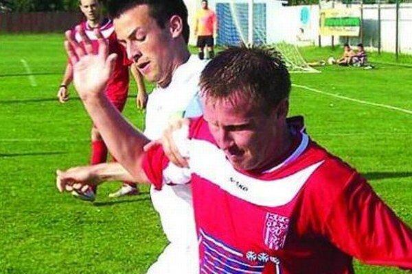 Nováčik z Vlčian porazil ČFK Nitra, jediný gól strelil Endre Zsebi (v bielom).