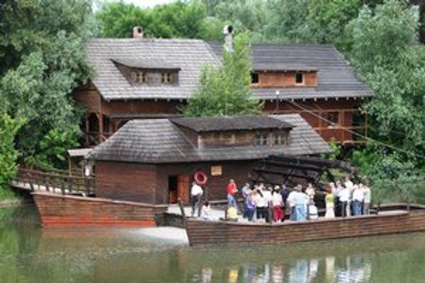 Plávajúci vodný mlyn v Kolárove.