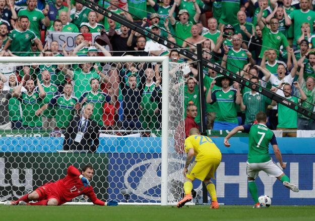 Niall McGinn (vpravo) strieľa druhý gól Severného Írska v zápase.