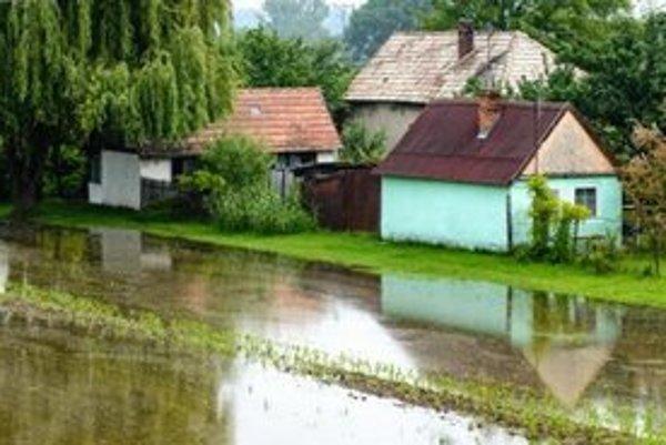 Situácia na Váhu počas zdvihnutej hladiny Dunaja v katastri obce Kava pri Komárne 7. júna 2013.