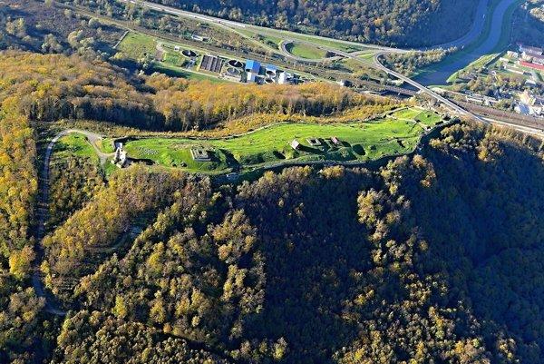 Letecká snímka s pohľadom na Horný hrad.