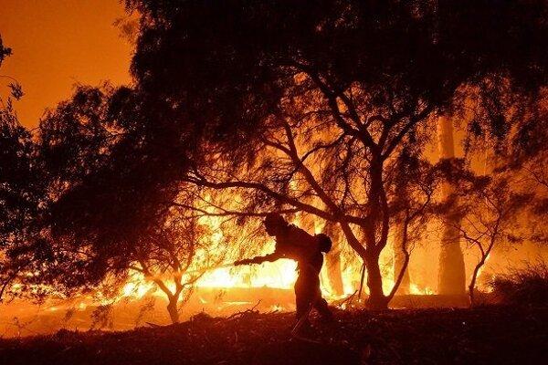 Grécki hasiči zápasia s požiarom na západe Peloponézskeho polostrova
