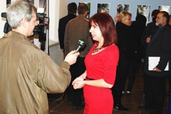 R. Kozlíková v rozhovore pre televíziu počas vernisáže v synagóge.