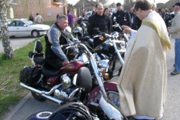 V Iži požehnali motorky.