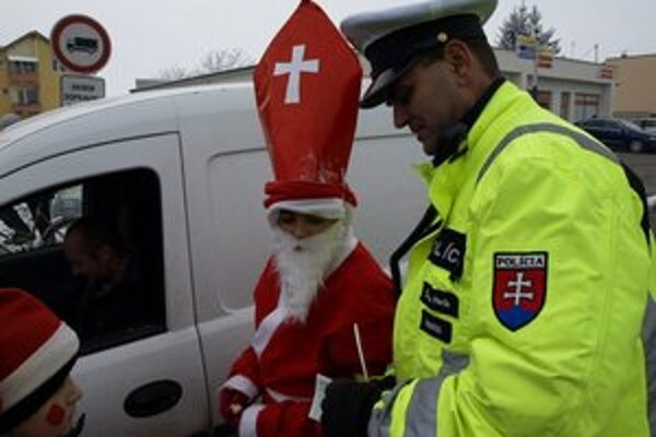 Policajti spolu s deťmi kontrolovali vodičov.