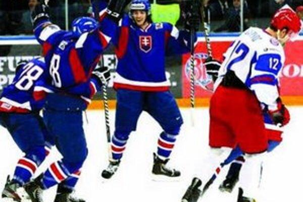 Richard Mráz (uprostred) poslal zápas proti Rusom do predĺženia.