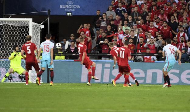 Ozan Tufan (vpravo) strieľa druhý gól Turecka do siete Česka.