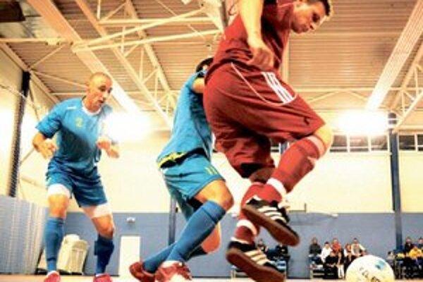 Novozámčania Gašparík (2) a Hajko (11) atakujú hráča FTVŠ UK.