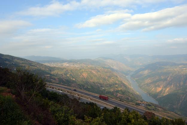 Čínska provincia Yunnan a výhľad na cestu z údolia.