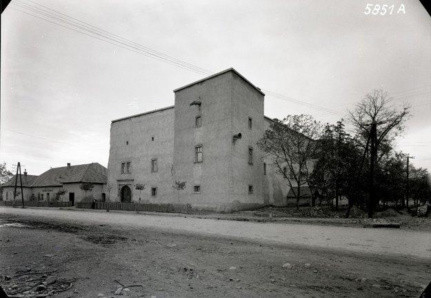 Takto vyzeral kaštieľ v Kostoľanoch v päťdesiatych rokoch minulého storočia.