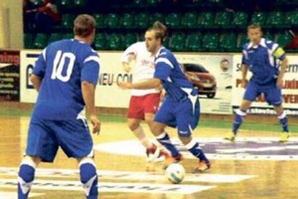 Novozámčanom (v bielom) chýbal v Košiciach kúsok športového šťastia. (Foto zo stretnutia MFK -PINEROLA)