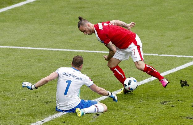 Brankár Islandu Hannes Halldórsson zasahuje pri šanci Marka Arnautoviča.